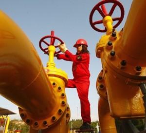 Recorte de OPEP y otros productores logra reducir el exceso de suministros de crudo