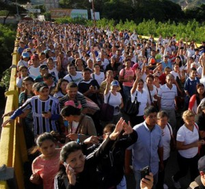 Venezolanos cruzan en masa la frontera para comprar en Colombia