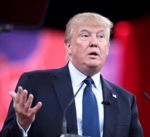 """Trump firma dos órdenes ejecutivas para """"revivir la industria de EEUU"""""""