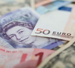 Tensiones políticas golpean las dos divisas europeas: el euro y la libra