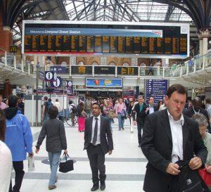 Desempleo en el Reino Unido cae a 4,3% y salarios se estancan