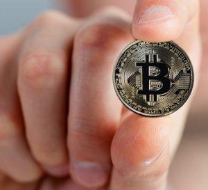Bitcoin sufre caída del 15% tras nuevo máximo