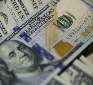 Dólar en casa de cambio supera hasta 27 veces el precio oficial