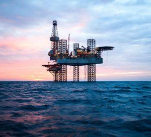 El petróleo baja por la tensión comercial entre China y Estados Unidos