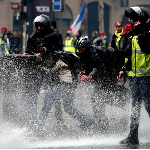 Tras protestas continuas, Francia suspende el alza del combustible