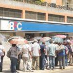 Maracaibo, Venezuela, 21/08/2012. Personas de la tercera edad hacen largas colas a las afueras de los bancos pertenecientes al gobierno para retirar el pago de la pensión del Seguro Social, IVSS. En la foto Cola a las afueras del banco BFC.