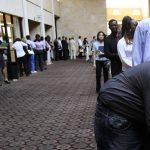 Personas en busca de empleo asisten a una feria de trabajo, el miércoles 13 de julio del 2011 en Dallas. Menos personas solicitaron la semana pasada apoyo gubernamental por desempleo, un síntoma esperanzador en una economía estadounidense que no acaba de crear firmemente nuevos puestos laborales. (Foto AP/Tony Gutiérrez)